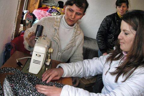 Florie Gjona gjatë mësimit të rrobaqepësisë