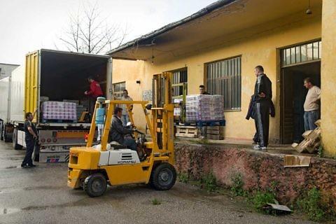Shkarkimi i ndihmave në magazinë Pogradec