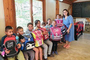Fëmijët e konviktit dhe bashkëpunëtorët në shkollën e fshatit Bishnicë